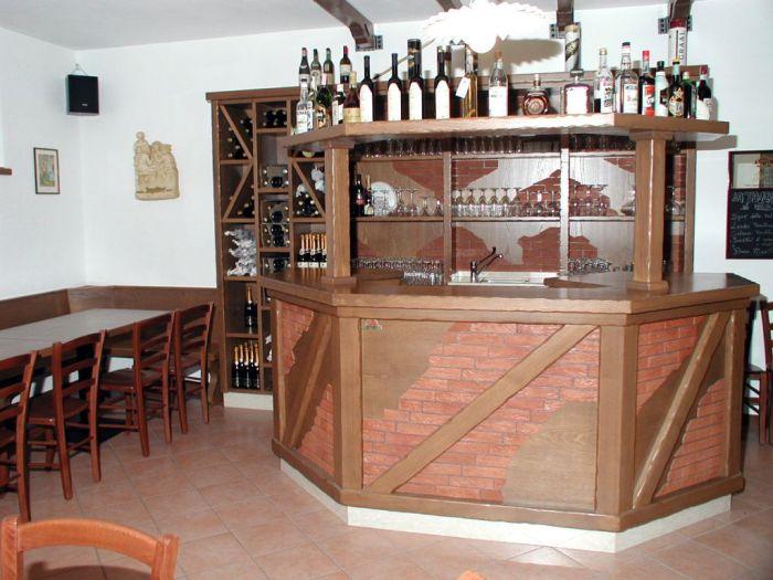 Un arredamento per bar su misura rustico for Arredamento ristorante rustico