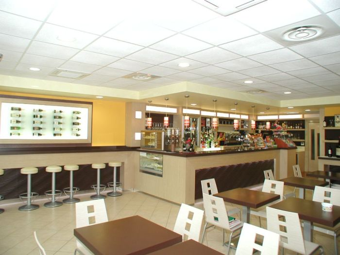 Un moderno arredamento per bar a brescia for Arredamento moderno bar